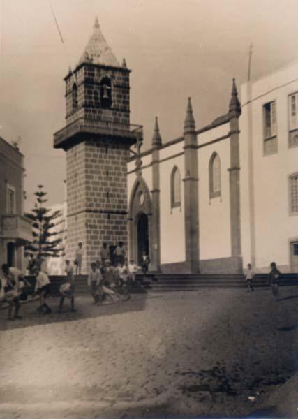 Iglesia y niños jugando piola